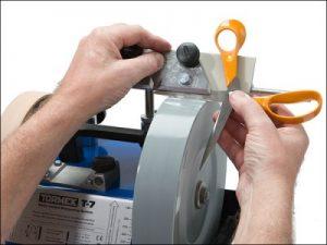 В нашем центре осуществляется высококачественная и профессиональная заточка парикмахерских ножниц